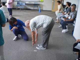 「立位体前屈」で柔軟性をチェック