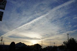 秋の空とヒコーキ雲。空が高くなってきました