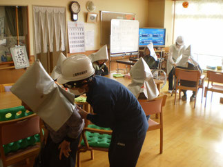 全員が防災頭巾をかぶって、安全な場所に避難