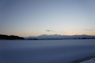雪原と頸城三山。今夜は満点の星空が拝めそうです