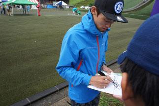 気さくにサインに応じてくださる竹内選手。「ビッグジャンプ」に感動
