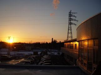 2階のテラスから眺める今日の夕日。施設の壁も夕焼け色に染まりました