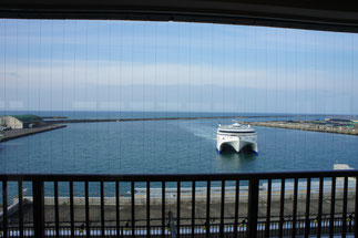 穏やかな天気の中、直江津港に「あかね」が無事、寄港
