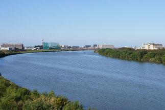 「関川」の青と「空」の青に挟まれた直江津の街。