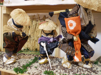 秋。はさがけ米を背に