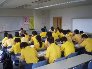 黄色のユニフォームが初々しい、専門学校の皆さん