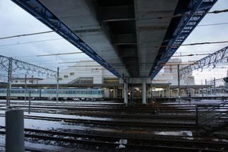 直江津駅の南北を市道「あすか通り」がつないでいます