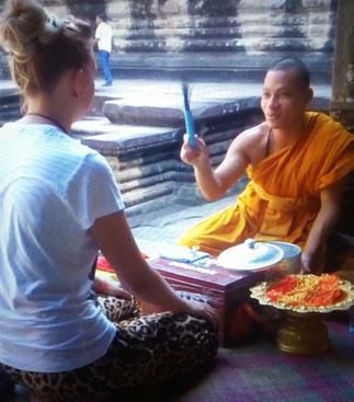 Mönch glückbringendes Ritual Angkor Wat Tempelanlagen Kambodscha Siem Reap