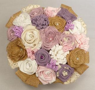Bouquet de fleurs en tissu coloré et toile de jute