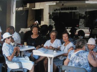 Ilse Felsenthal  (Bildmitte, am Tisch)  im Kreis von Freundinnen  im Cefé Mersand in Tel Aviv  1990  (Foto: Frank Matthias Mann)