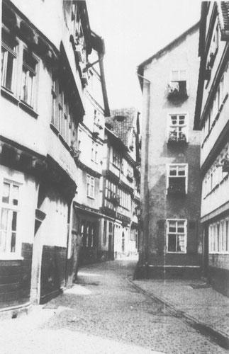 Foto der Fliegengasse in 1934. Hier wohnten die Knopfs von 1934 bis 1941. Die heutige Bebauung lässt eine Verlegung der Steine dort nicht zu.