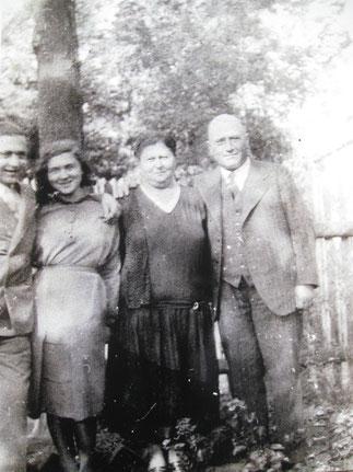 Bruder Josef, Ilse, Mutter Berta, Vater Meer Voremberg   vor dem Haus Mönchebergstraße 16 1/2  Kassel um 1930 (aus dem Familienalbum fotografiert von Frank-Matthias Mann)