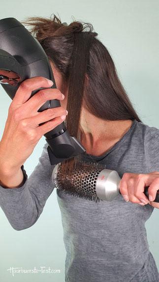 Haare mit runder Bürste gerade föhnen