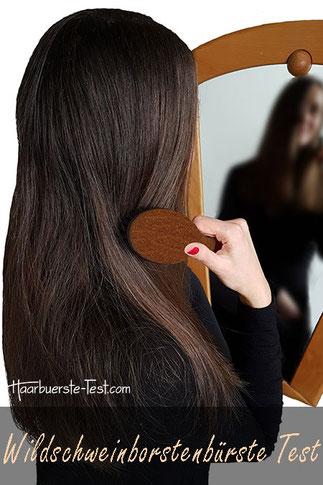Wildschweinborstenbürste Test: lange glatte Haare vor Spiegel mit Hercules Wildschweinborstenbürste
