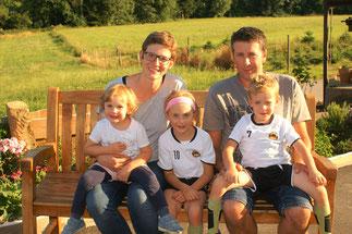 Anne und Tobias Isenmann mit Julie, Mathis und Lina
