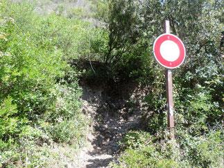 Le sentier sur la droite est devant ce panneau