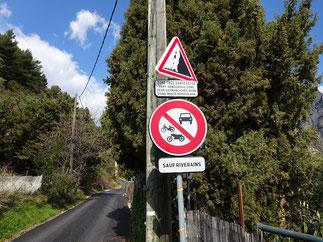 Après 2,5 km sur le chemin du Riou, on tombe sur ce panneau devant lequel on peut faire demi-tour