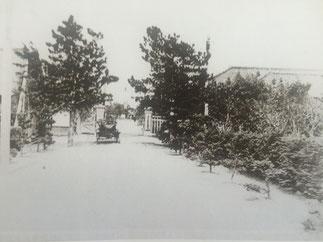 1933年当時の連隊正門前