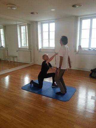 Redakteur Isringhaus von der Rheinischen Post überzeugt sich von den Gesundheitsangeboten im Teutoburger Wald.     Hier: Body Weight Training fur einen starken Rücken im Graflichen Park Bad Driburg mit Therapeutin Andrea Bickmann.