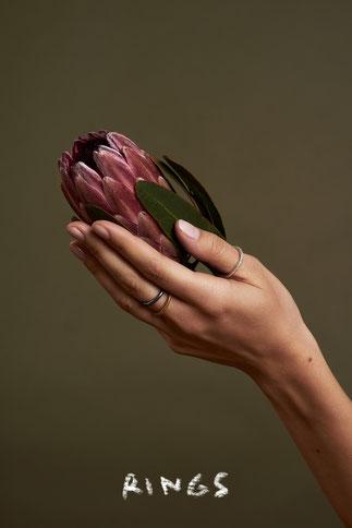 Ringe an der Hand, Blume, Ringe in Silber Gold und geschwärzt, Schmuckdesign aus Düsseldorf, handgefertigt, Designerin Maren Düsel Jewellery