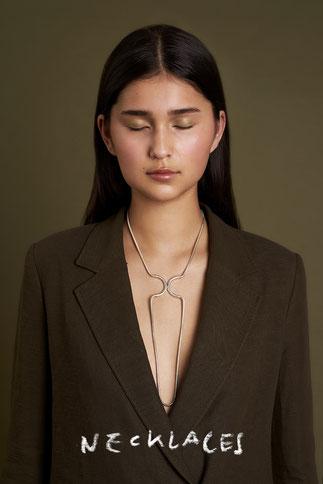 Model mit Kette, Silber, Schlangenkette, Magnetverschluss, handgefertigt, Schmuckdesignerin aus Düsseldorf, Maren Düsel Schmuckdesign, Designerin,
