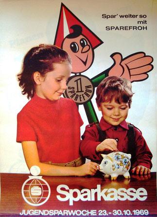 Spar weiter so mit Sparefroh . Mädel und Bub (Foto) sparen, dahinter Sparefroh. Plakat  1969 (83x60).