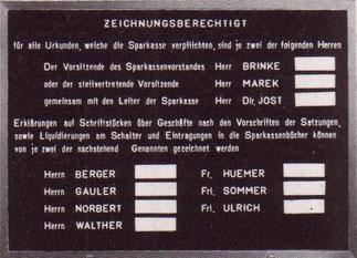 Zeichnungsberechtigte in der jeweiligen Sparkassen-Filiale wurde auf dieser Anzeige-Tafel genannt (um 1964).