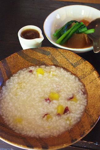 お粥には健太郎さん特製の「生姜餡」をかけて食べます。甘やかな香りが加わって食欲倍増です!