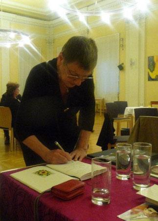 Elisabeth Chovanec beim Gästebucheintrag