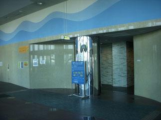 エレベーターホールにはトイレと飲料自販機がある。