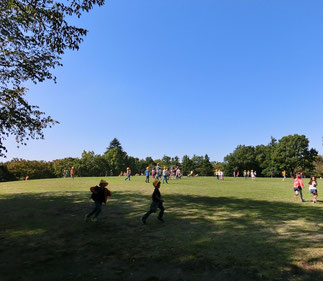 ●しばらく進むと広い空間があり、遠足に来た子どもたちが元気に遊んでいました