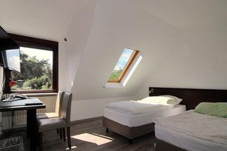 Zwei-Bett-Zimmer mit getrennten Betten