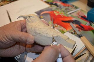 羽の形、大きさに注意しながら翼を彫る。