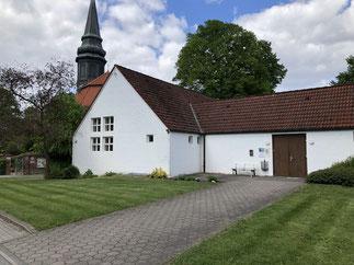 Das Gemeindehaus fügt sich in seiner Schlichtheit gut in das Dorfmilieu.