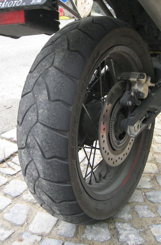 Bridgestone Battlewing fast neu (oben) bzw. schon relativ abgefahren (rund 7000 km).