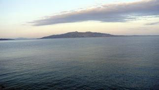 ...und vom Zimmer im Morgengrauen auf das bereits zum Greifen nahe Korfu.