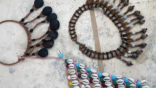 Colliers de graines et coquillages amérindiens