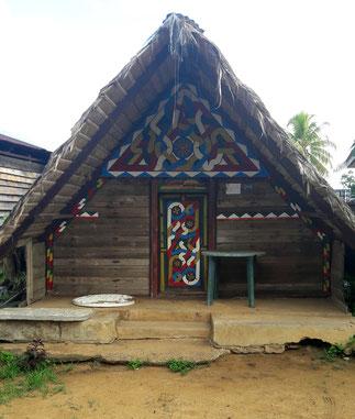 Devanture de maison bushinenguée décorée de Tembé - Apatou