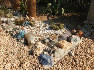 庭の石がクォーツやソーダライト