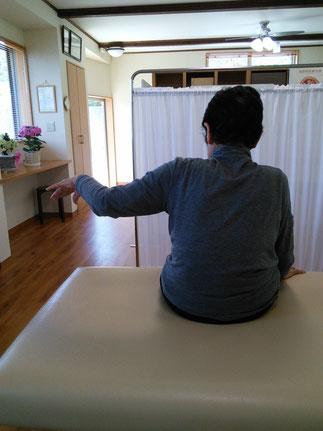 右肩が痛くて腕が上げられない写真