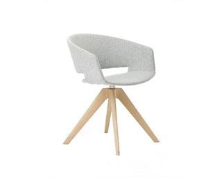Sillón Ronda de  con patas de madera giratoria Andreu World La Cadira Barcelona