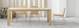 Iru mesa extensible ondarreta extensible, realizada en madera con caracteristica pata triangular de 11 cm de largo x 6 cm de grueso.  Se extiende mediante su pata desplazable, incorpora 2 extensiones que son del mismo material y color que la mesa y de 50