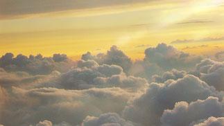 Mit nur einem einzigen Klick im Programm Adobe Photoshop (andere haben so etwas auch) werden Wolken, was sie wirklich sind: grau ! ! !  –Man muss halt nur den Knopf kennen  :-))