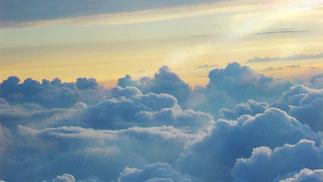 """Ein ganz normales Bild aus einem ganz normalen Flugzeug mit ganz normalen Wolken, fotografiert mit einer ganz normalen Digitalkamera. Ist das Bild """"realistisch"""" und """"echt""""  ? ? ? ? ? ? ? Nein, ist es nicht, die Kamera hat es verfälscht."""