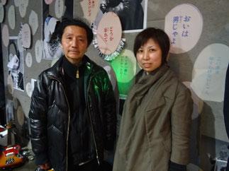 世界的アーティスト森村泰昌氏とコイケジュンコ氏。背景の壁面コラージュ「M無」をコラボレーション。コイケジュンコ氏が森村作品のコピーを切り抜き、コミックの吹き出しを貼った壁面コラージュ。「余韻を残す、見る者に妄想の余地を残す台詞」をランダムに配置して森村氏の、「顔がない肖像」にリンクさせた。壁面では森村さんが扮する色々な肖像の顔が剥がれており、言葉の洪水に紛れている。