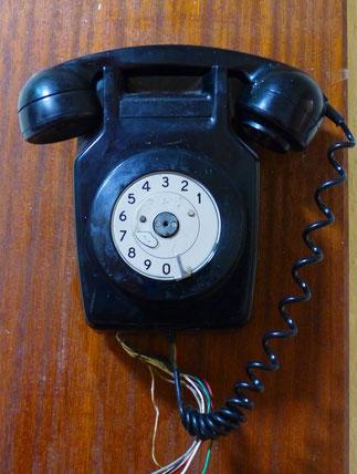 altes schwarzes Telefon, Pub, Wandpanele, ©Claudia Dorka