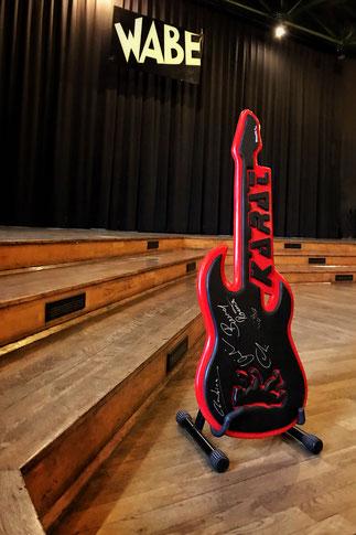 Gewinnt dieses Gitarrenkunstwerk von ROXXTA, signiert von KARAT. An der Rückseite ist ein Gitarrengurt befestigt, so könnt Ihr Euch die Gitarre umhängen oder sie dekorativ an der Wand drapieren.