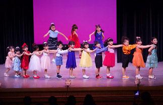 2-08.tamakiクラス合同(tamaki)|ダンスパーティのシーン。大人数の子ども達ですが、キッチリ踊って凄い!「はじめてキッズダンス」クラスと