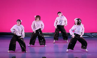 2-08.tamakiクラス合同(tamaki) ダンスパーティのシーン。大人数の子ども達ですが、キッチリ踊って凄い!「はじめてキッズダンス」クラスと