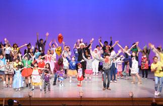 休憩|月1回未就園児が踊ったり遊んだりの子育てサロンのメンバーが柿沼しのぶ先生と一緒にダンス! そして、 みんなで踊ろうのコーナーは、 お客さんも舞台に上がって大盛り上がり!!